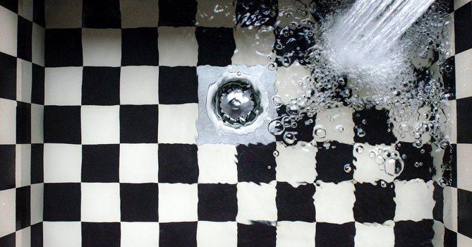 Има запушен канал в дома – как да се справим? Има няколко признака, по които можете да идентифицирате проблеми в канализационната система